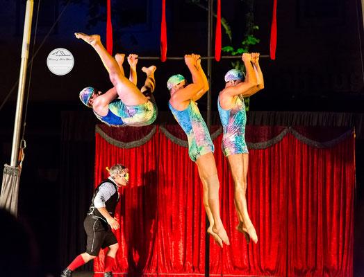 """Bild: Welttheater der Straße Schwerte 2015,  Artistengruppe """"Elegants"""" aus Spanien,""""auf Tauchstation"""", www.2u-pictureworld.de"""