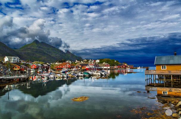 """Bild: Sorvagen bay, Moskenesoya Island, Lofoten, Norway, """"Sorvagen bay""""; www.2u-pictureworld.de"""