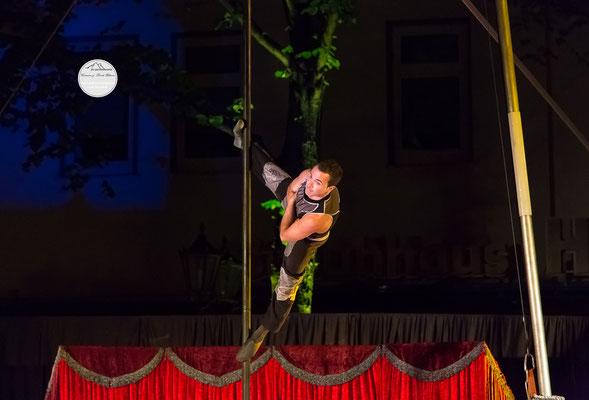 """Bild: Welttheater der Straße Schwerte 2015, Artistengruppe """"Elegants"""" aus Spanien, """"gegrätscht"""", www.2u-pictureworld.de"""