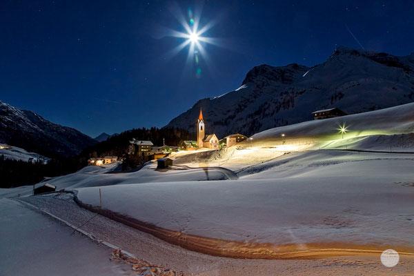 """Bild: Warth im Bregenzer Wald am Abend; Östereichische Alpen; """"moonlight village""""; www.2u-piuctureworld.de"""