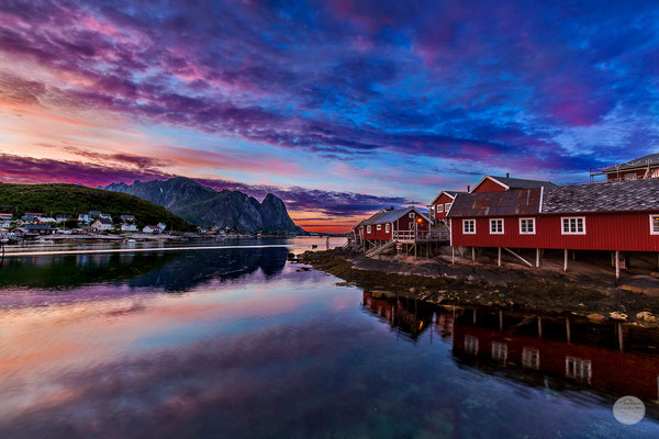 "Bild: Reine after midnight, Moskenesoya Lofoten island, ""sleeping at the waterfront"", www,2u-pictureworld.de"
