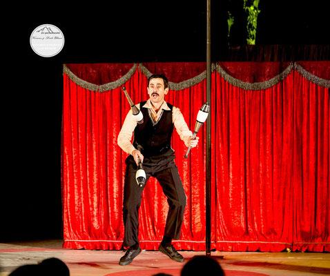 """Bild: Welttheater der Straße Schwerte 2015, Artistengruppe """"Elegants"""" aus Spanien, """"Keulenjagd"""", www.2u-pictureworld.de"""
