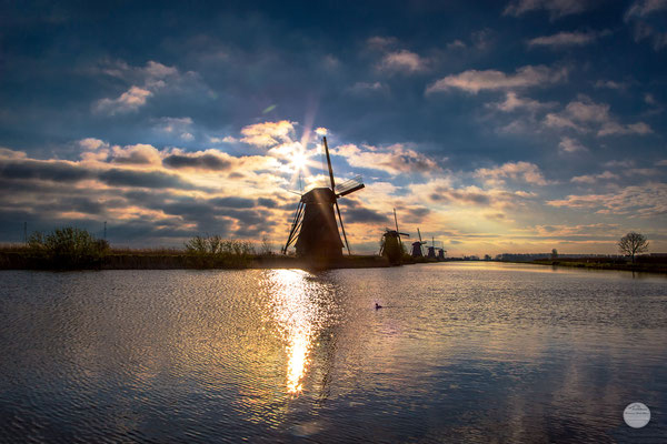 "Bild: windmills of Kinderdijk at river, Netherlands, ""water way"", www.2u-pictureworld.de"