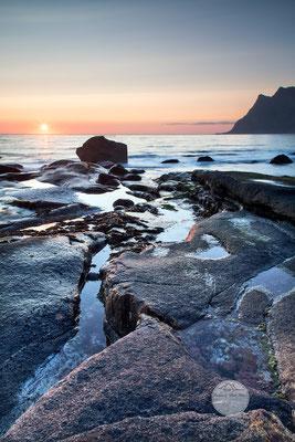 """Bild: Strand von Utakleiv, Lofoten, Vestvagoya, Norwegen, """"Lichtflecken 1"""", www.2u-pictureworld.de"""