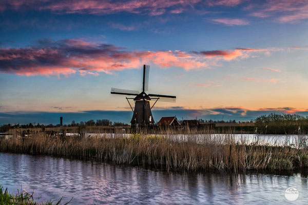 "Bild: windmill of Kinderdijk in the first daylight, Netherlands, ""morning has broken""; www.2u-pictureworld.de"