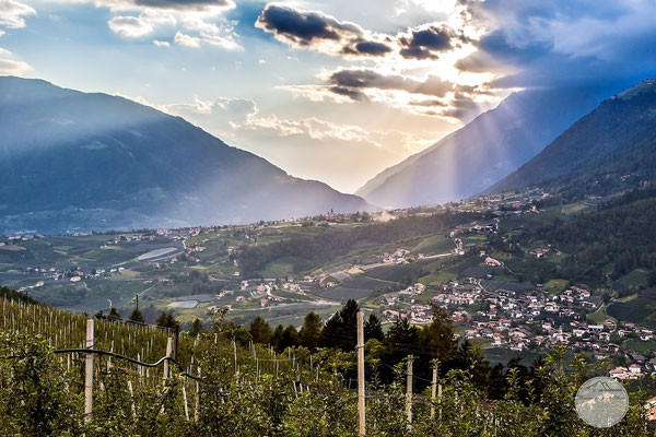 "Bild: Blick auf Dorf Tirol in Suedtirol, ""last light coming up the mountains"", www.2u-pictureworld.de"