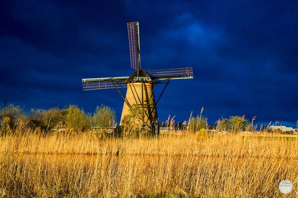 "Bild: windmill of Kinderdijk in the morning sun, Netherlands, ""windmill in the front of dark blue sky""; www.2u-pictureworld.de"