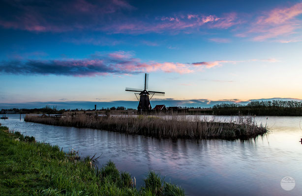 "Bild: windmill of Kinderdijk early in the morning, Netherlands, ""first daylight""; www.2u-pictureworld.de"