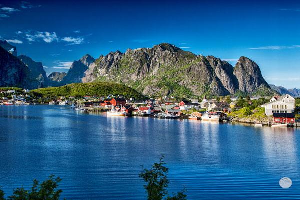 "Bild: Reine in the evening sun, Moskenesoya, Lofoten, Norway, ""evening sun lightened""; www.2u-pictureworld.de"