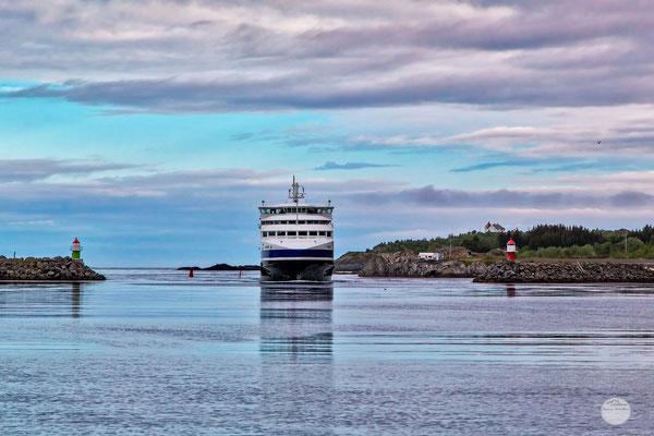 """Bild: Moskenes ferry, Moskenesoya Island, Lofoten, Norway, """"ferry arriving""""; www.2u-pictureworld.de"""