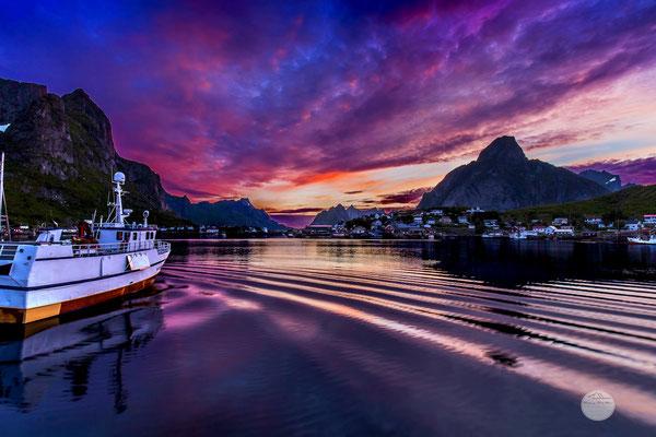 "Bild: Reine at night, Moskenesoya Lofoten island, ""colourful summer night"", www,2u-pictureworld.de"