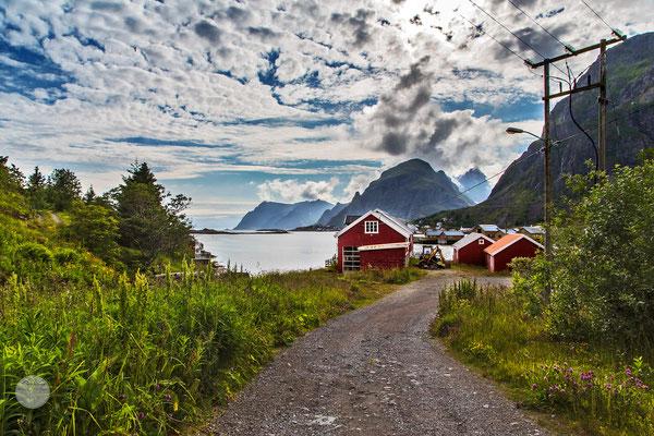 "Bild: Village of Sorvagen, Moskenesoya Island Norway, ""cloud catcher""; www.2u-pictureworld.de"