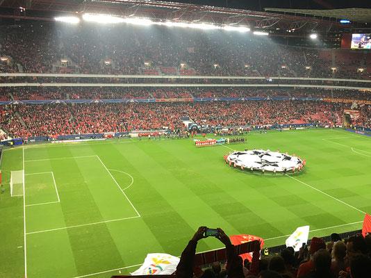 Die Champions-League Hymne wird gespielt.