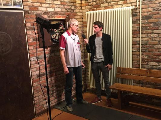 Stefan Gutte (li.) im Gespräch mit Tackling-Reporter Lion.