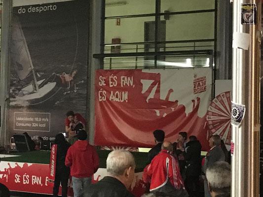 Ein kleiner Junge stimmt vor der Arena Fan-Gesänge an.