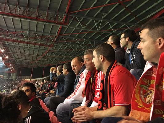Fans des Heim-Teams diskutieren angeregt.