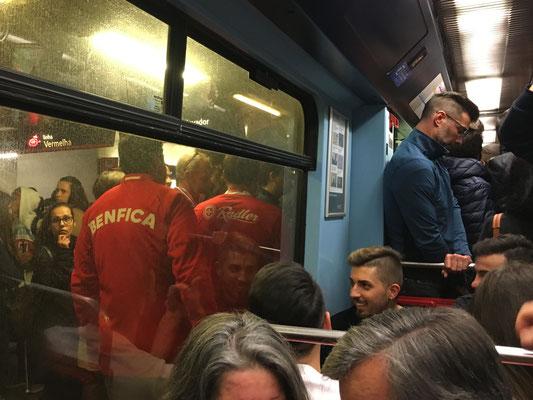 Fans steigen in die Lissabonner Metro.