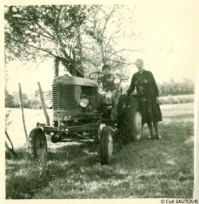 Premier tracteur dans le village de Moussanas (commune de Châteauneuf-la-Forêt) - Août 1959  (c) Coll. SAUTOUR
