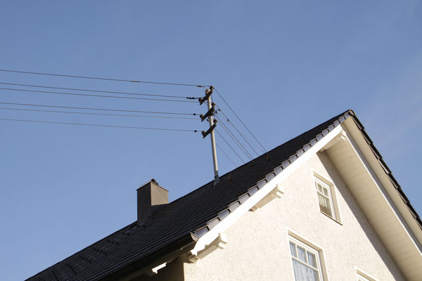 シュヴァルツヴァルト「黒い森」山岳地帯の送電線 屋根に電柱