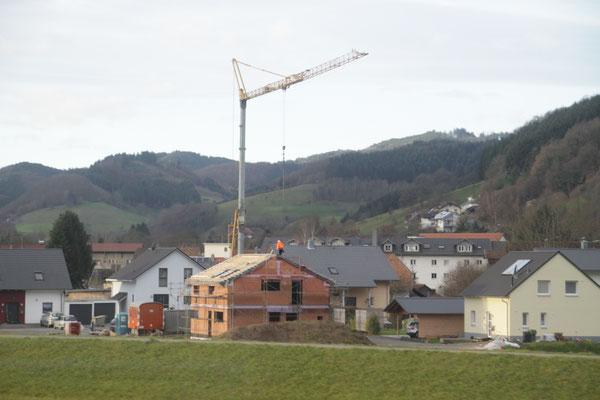新築建築現場にせっちされるクレーン