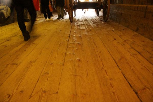 シュヴァルツヴァルト「黒い森」野外博物館 グータッハ 400年土足で歩き続けたモミの床板