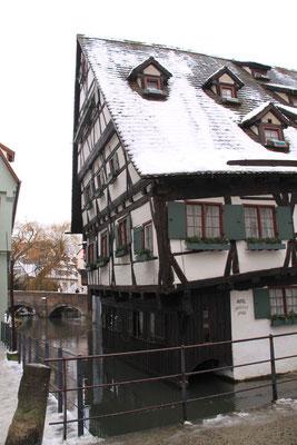ウルム漁師町に立つ世界で一番傾いているホテル「シーフェスハウスウルム」