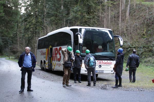 シュヴァルツヴァルト「黒い森」タンネ 欧州モミ アビエス・アルバ 林道に大型観光バス