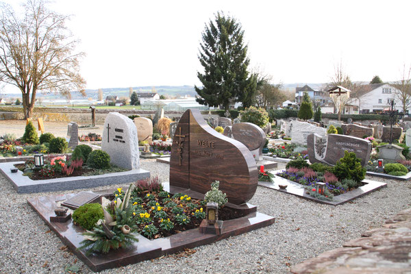 世界遺産の島 ライヒェナウ島 植栽が施された墓地