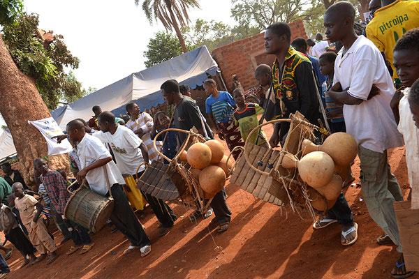 Parade dans les rues de Dédougou avec les musiciens des sociétés de masques (balafond, djanou et tambours)