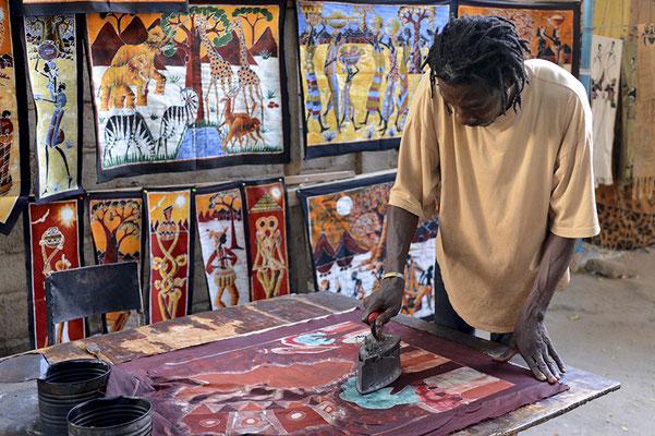 L'artiste peint ses toiles sur un tissus malien appelé bogolan