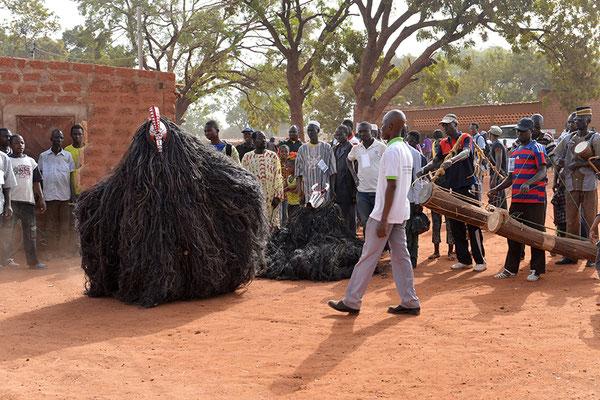 Présentation du masque à tête de coq au Prince Albert Dayo Lombo chef de canton de Dédougou