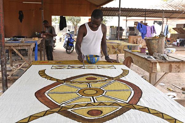 L'artiste peint ses toiles sur un tissus malien appelé bogolan et travaille avec des pigments naturels