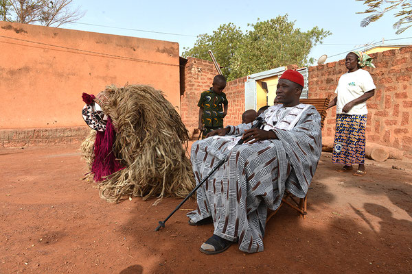 Présentation des sociétés de Masques au Prince Albert Dayo Lombo chef de canton de Dédougou