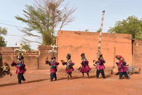 De gauche à droite : les masques Kanaga, puis Pullo Yana, le grand masque Sirige et enfin le masque vieux Albarga (Mali-Pays Dogon)