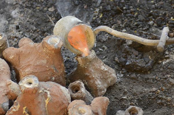 Les bronziers : Remplissage des moules