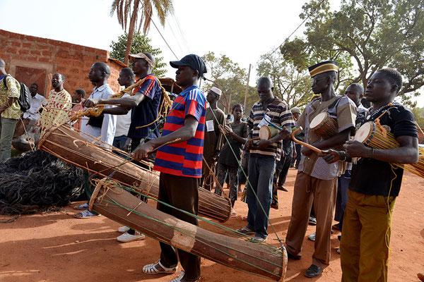 Parade dans les rues de Dédougou avec les musiciens des sociétés de masques (dum dum)