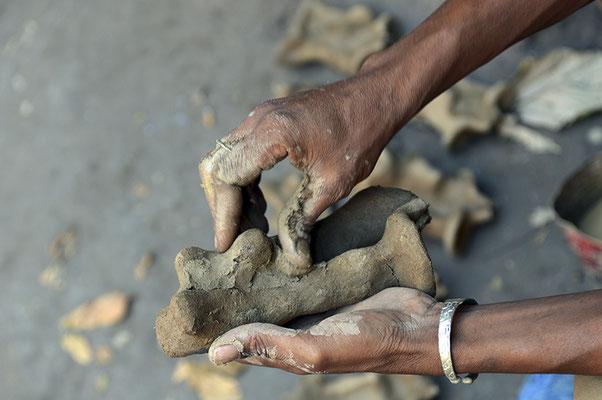 Les bronziers : Préparation d'un moule pour la fabrication d'une statuette en bronze