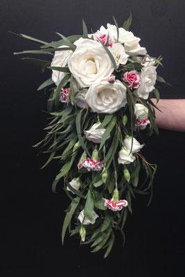 Bouquet cascade mariée, roses blanches, oeillets