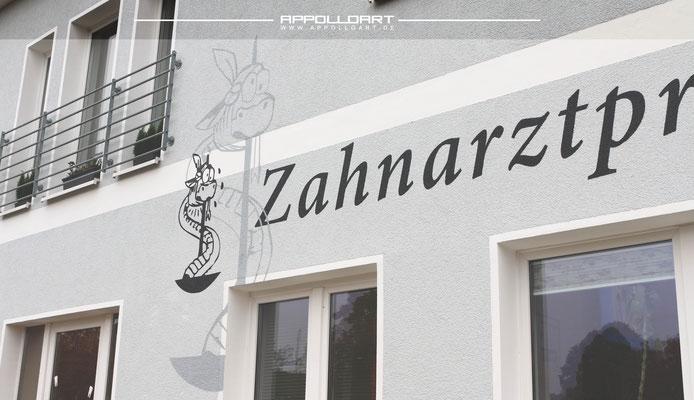 Logo an die Fassade gesprüht