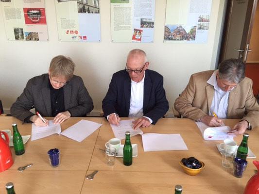 Dr. Andreas Ellendt, Frank Hornschu (DGB Kiel Region) und Jürgen Müller (AfA) bei der Unterzeichnung der gemeinsamen Erklärung