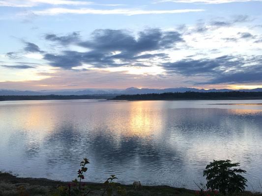 教会近くのPaoay Lakeの朝日