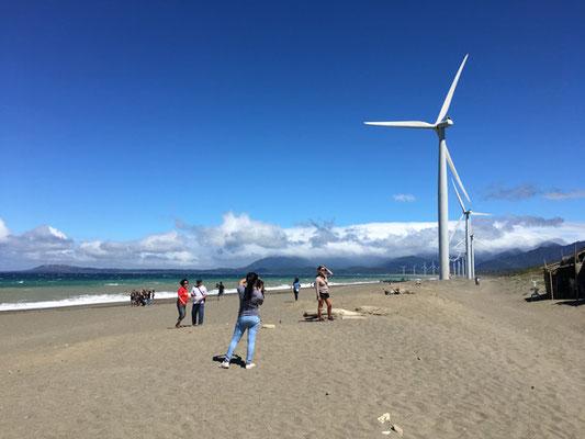 海岸沿いに並ぶ風車