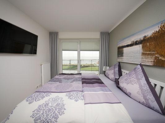 Das Schalfzimmer mit Meerblick und Flachbildfernseher