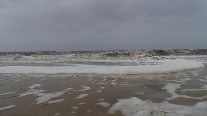 Hohe Wellen und viel Gischt am Strand von Duhnen