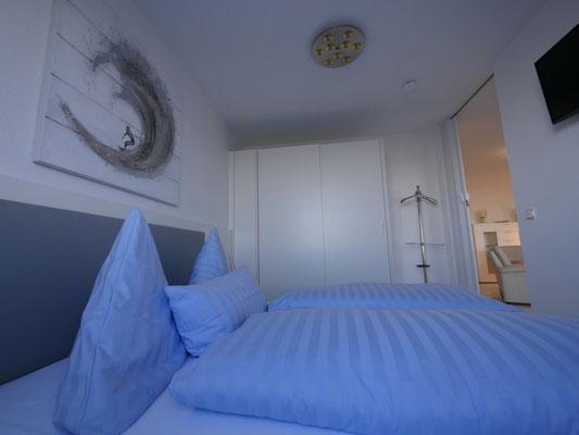 Das Schlafzimmer verfügt auch uber einen Flachbildfernseher