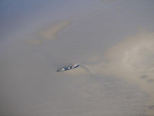 Ein Wrack im Schlick des Wattenmeeres