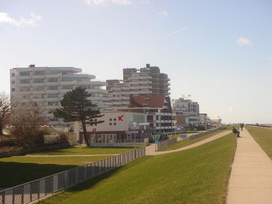 Der Weg auf dem Deich läd Sie zu Spaziergaängen bis zum Hafen von Cuxhaven ein.