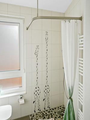 Das zweite Badezimmer verfügt auch über eine ebenerdige Dusche