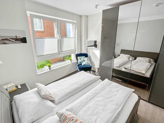 Das Schlafzimmer st sehr komfortabel eingerichtet. Großer Kleiderschrank✓  elektrische Rolladen✓  Doppelbett 180 x 200cm✓