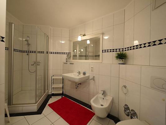 Das geräumige Badezimmer mit viel Abstellfäche